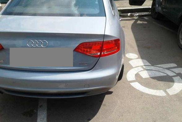 У Житомирі невідомі  прокололи колеса автомобілям, які паркувалися на місцях для інвалідів