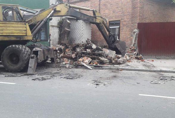 Фотофакт: на вулиці Грушевського невідомі руйнують асфальт