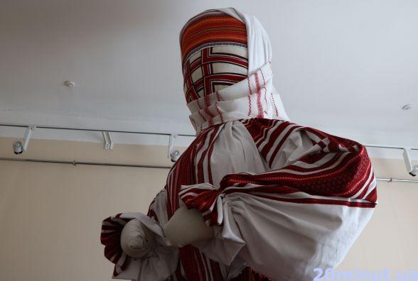 Житомирська лялька-мотанка змінить вбрання. ФОТО
