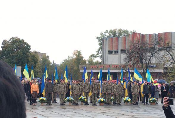 Сльози матерів та слова вдячності загиблим і живим: у Житомирі вшанували захисників України