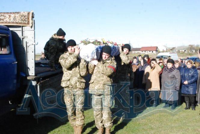 У Новоград-Волинську провели в останній путь військовослужбовця, який загинув на полігоні. Фото