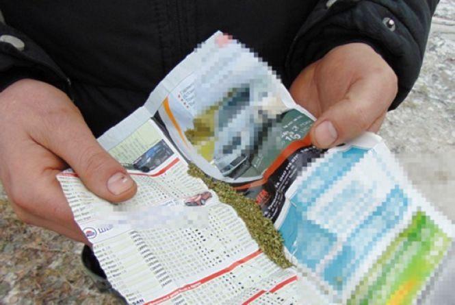 Поліція переконує, що житель Коростишева сам підійшов до них і показав наркотики. Фото