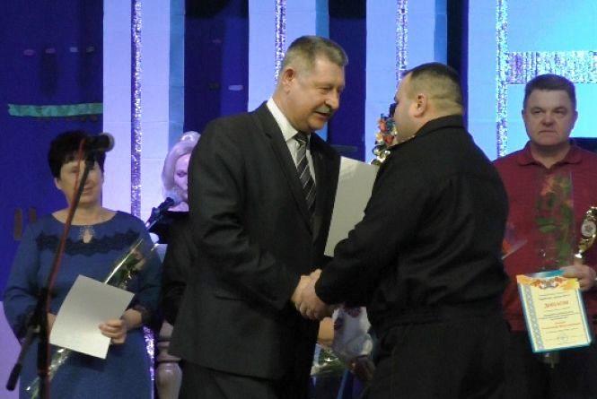 У Новоград-Волинському пожежник вратувавший 3-х дітей отримав відзнаку «Гордість міста»