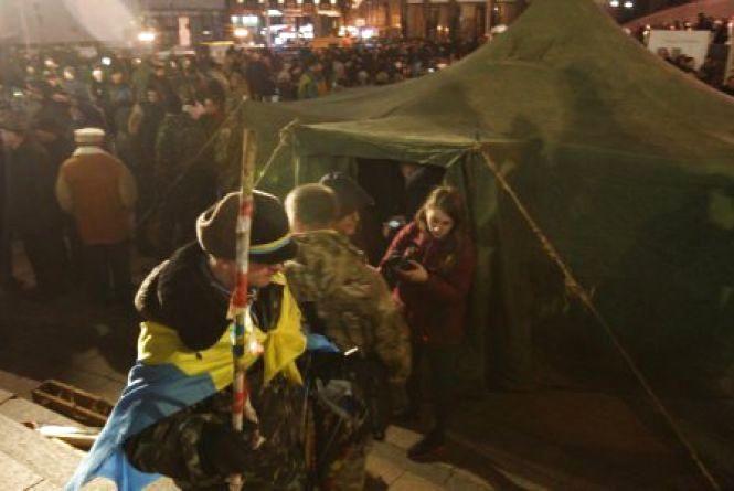 Ввечері суботи активісти Майдану почали встановлювати намети
