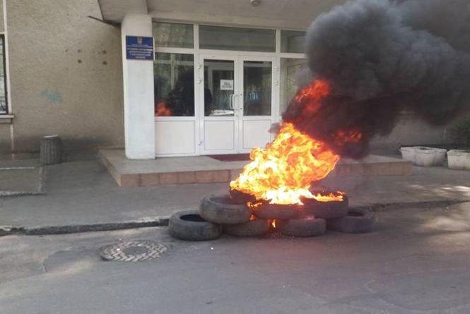 Біля Житомирського Держгеокадастру знову палають шини