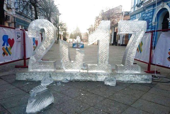 У Житомирі дві жінки побили льодову скульптуру на Михайлівській