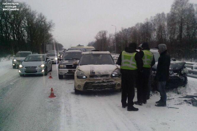 """Масштабна ДТП на Житомирщині: на трасі """"Київ- Чоп"""" зіштовхнулися більш як 14 автомобілів"""