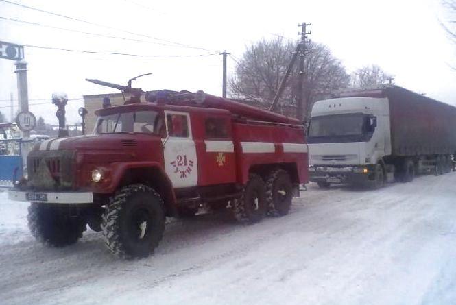 На Житомирщині рятувальники відбуксирували вантажівку, що загрузла на узбіччі
