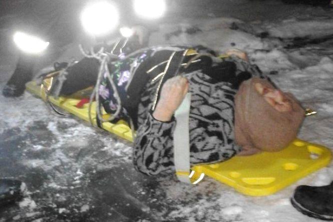 На Житомирщині рятувальники надали допомогу медикам по транспортуванню травмованої літньої жінки