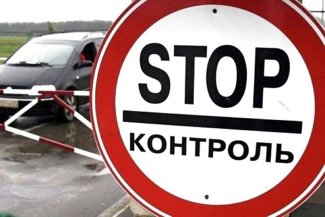 Житомирські митники затримали росіянина, який намагався незаконно ввезти в Україну старовинні книги