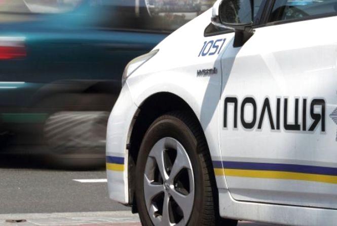 У Житомирі в дворі приватного будинку загорілися два автомобілі: поліцейські підозрюють, що це був підпал