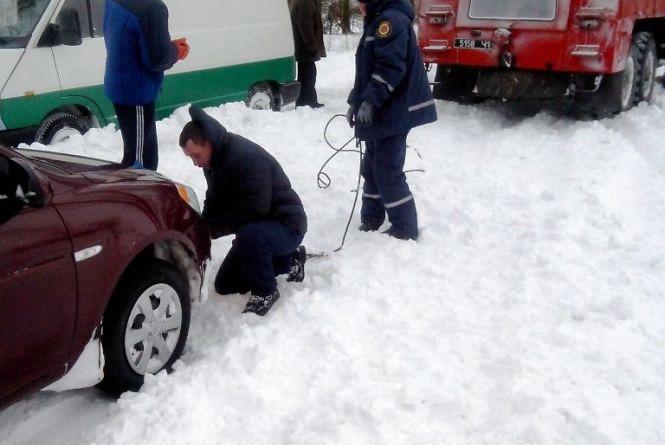 Через негоду на Житомирщині у  трьохкілометровому заторі опинилися 10  фур, 30 легковиків і 2 автобуси