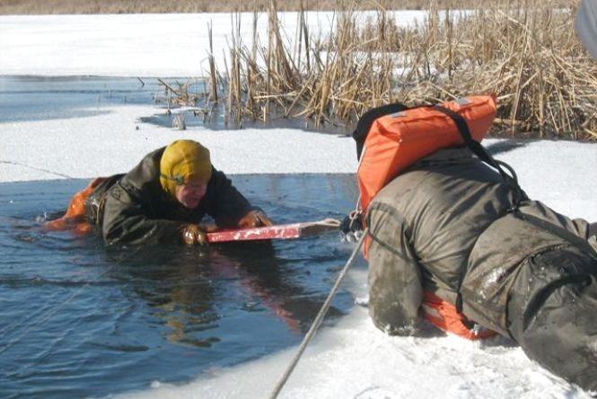 Рятувальники застерігають: не виходьте на тонкий лід!