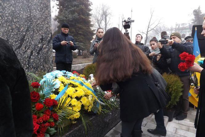 Житомир вшановує Кобзаря: сотні містян поклали квіти до пам'ятника Шевченку