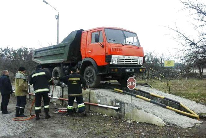 На Житомирщині чоловіка причавило кузовом вантажного автомобіля
