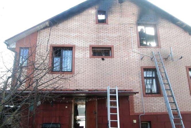 На Житомирщині рятувальникам знадобилося 8 годин для ліквідації пожежі в триповерховому будинку