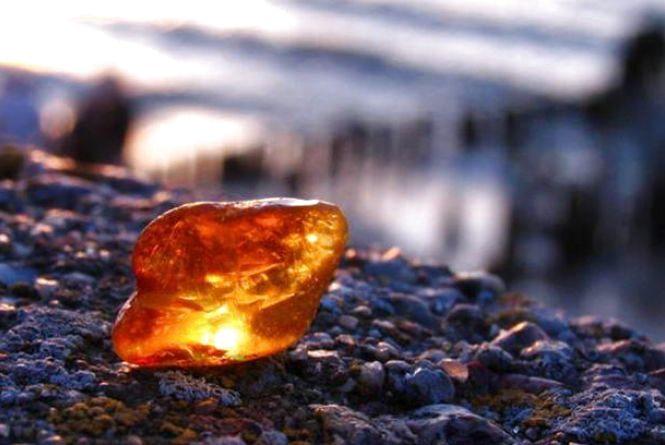 На Житомирщині затримали автомобіль, у якому знаходилося 2 камені бурштину загальною вагою понад 3 кг