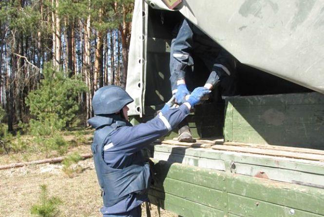 Відголоски війни: на Житомирщині селянин знайшов у лісосмузі артилерійський снаряд