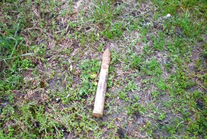 Небезпечна знахідка: на Житомирщині жінка відкопала артилерійський снаряд на присадибній ділянці