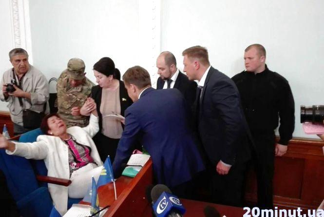 Фотофакт. Житомирянка затримала початок сесії міськради, щоб пожалітися депутатам на свою долю