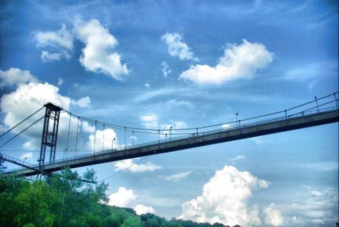 Завдяки камерам відеоспостереження на підвісному мосту у Житомирі врятували школярів. Відео