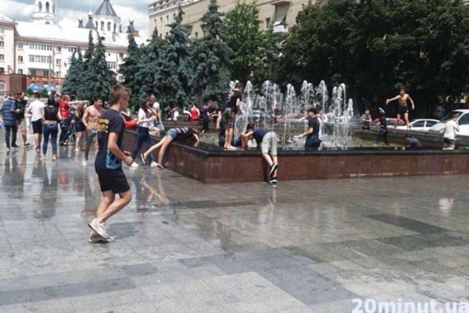 Фотофакт. Житомиряни масово обливалися водою біля фонтану