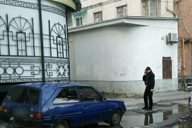 """У центрі Житомира """"на гарячому"""" впіймали чоловіка  під час крадіжки тротуарної плитки"""