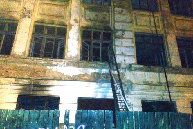 У Житомирі горіла пустуюча триповерхова будівля біля 34-ї школи