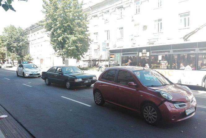 Фотофакт. На Великій Бердичівській зіткнулися 3 автомобілі