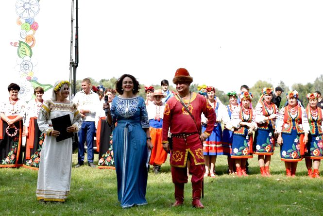 На Міжнародному фестивалі льону гостей вражали небесні сюрпризи за участю трьох літаків, гелікоптера і повітряної кулі