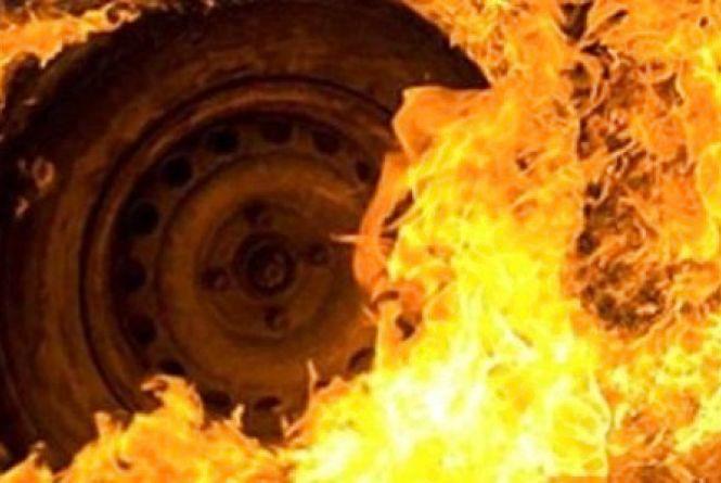 Під час гасіння палаючого автомобіля отримали опіки