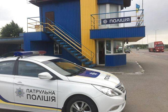 """На трасі """"Київ - Житомир"""" виявили вантажівку з деревиною невідомого походження"""