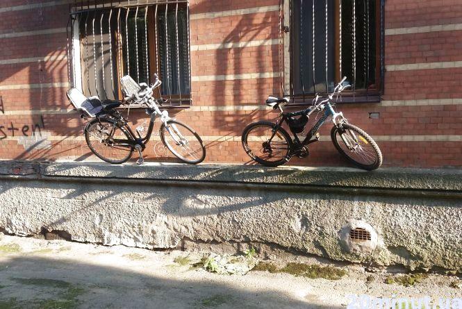 Фотофакт. Кмітливі житомиряни організували велопарковку  під вікнами квартири