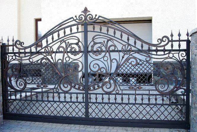 Як правильно обрати ворота для приватного будинку: поради фахівців