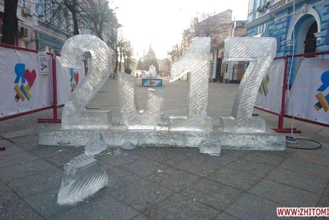 За розбиту льодову скульптуру житомирянку змусили мести вулиці
