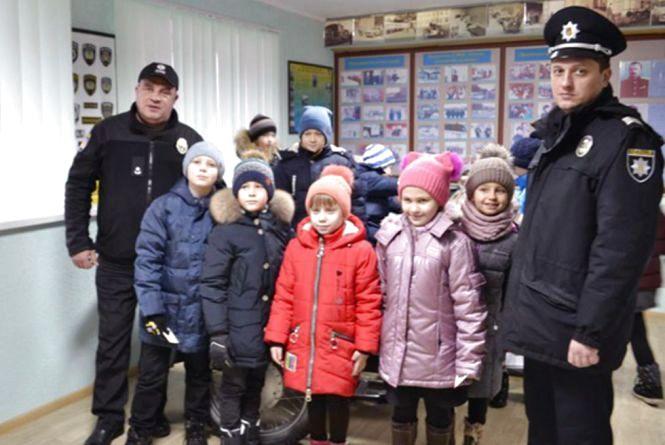 """Поліцейські охорони стали """"миколайчиками"""" для школяриків"""