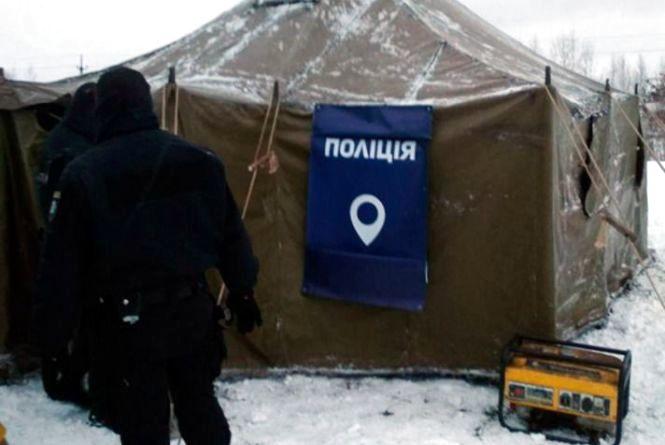 Поліцейські допомагають водіям, які опинились у складних погодних умовах