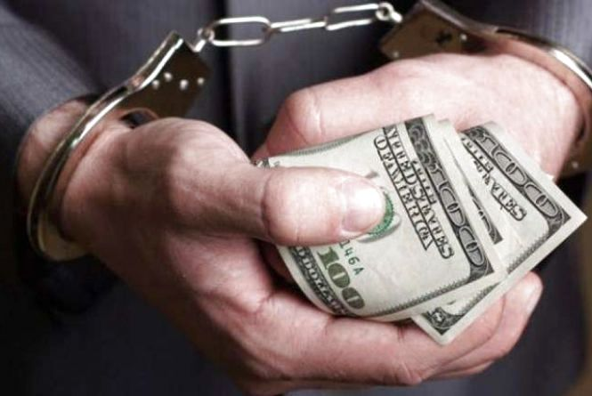 У Житомирі затримали чоловіка під час спроби дати 1 тисячу доларів хабара слідчому