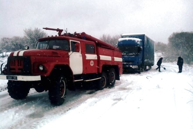 На півночі області у снігових заметах застрягли 2 вантажівки