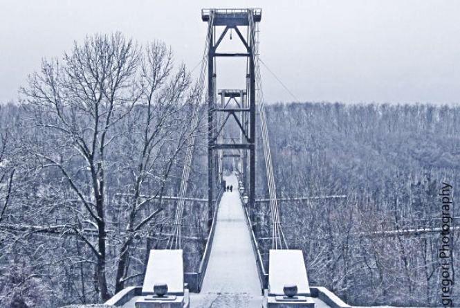 Поліцейські врятували самогубцю, який хотів стрибнути з мосту у парку
