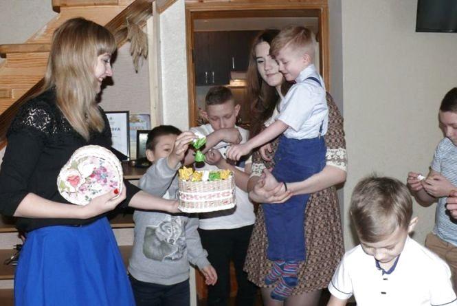Багатодітна мама-поліцейський поповнила свою родину ще 6 дітьми