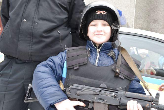 На Житомирщині поліцейські охорони  розповіли про особливості служби дітям зі сходу держави (ФОТО)