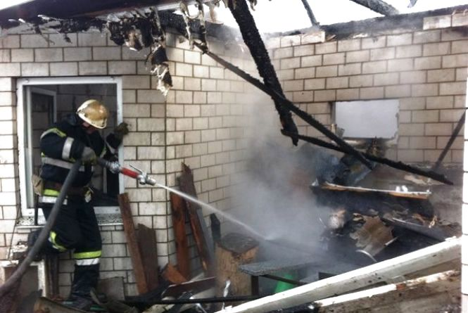 У Житомирі горів будинок: мати з немовлям врятувалися через вікно