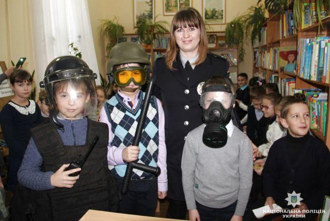 На Житомирщині поліцейські та рятувальники навчають дітей безпечній поведінці