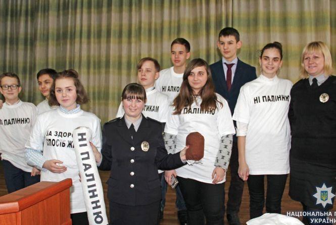Житомирські школярі разом з поліцейськими провели флешмоб за здоровий спосіб життя
