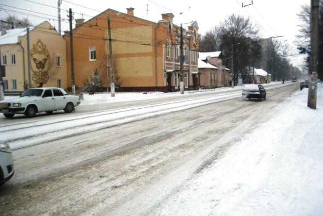 Сьогодні вночі на вулицях Житомира працювало 16 одиниць снігоприбиральної техніки