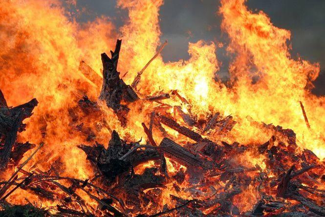 Житомирська область: вогнеборці ліквідували загоряння даху дровітника