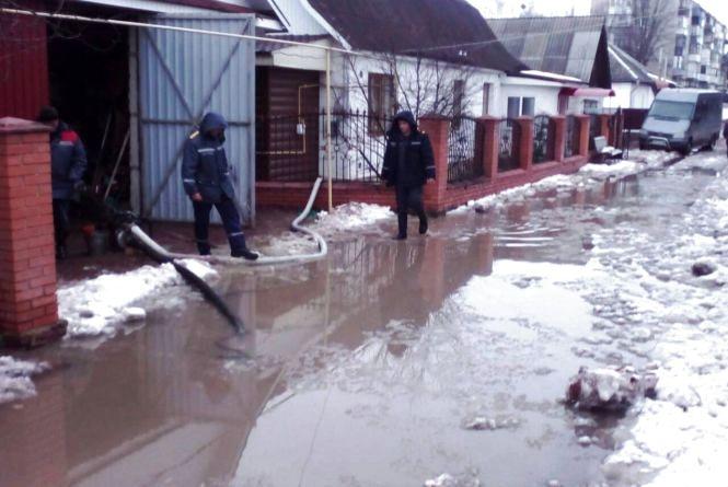 В Овручі рятувальники відкачали воду з підвалу та подвір'я приватного домоволодіння