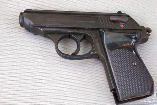 За вихідні поліцейські Житомирщини вилучили у двох жителів регіону пістолети та патрони до них
