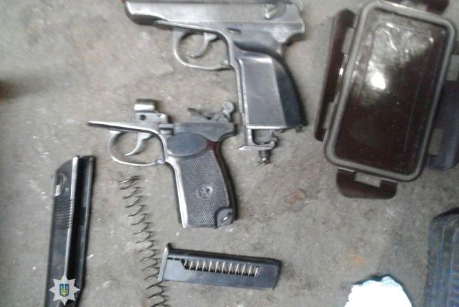 У ході обшуку житла житомирянина правоохоронці вилучили зброю та наркотики